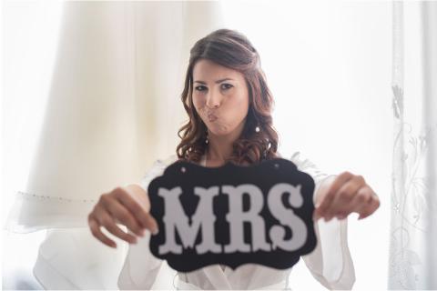 la sposa si diverte prima di indossare l'abito