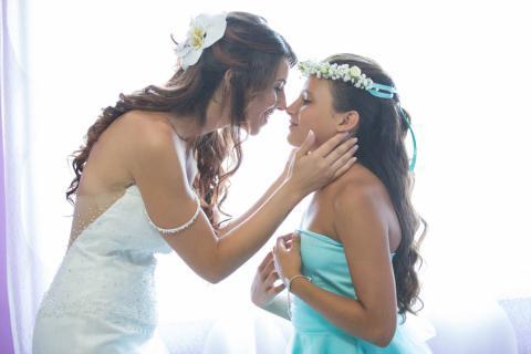la sposa coccola la sua damiggella guardandola negli occhi paparazzata in tutta la sua tenerezza