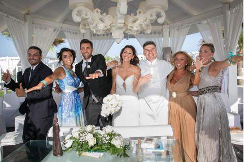 gli sposi e il celebrante ballano dopo lo scambio degli anelli