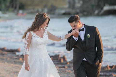 baciamano dello sposo alla sposa immortalati da molto lontano paparazzata