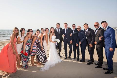 sposi e amici si divertono sulla spiaggia