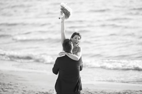 sposi che si divertono in spiaggia al sohal beach in scatti  reportage