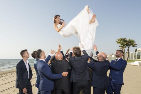 la sposa vola sulla spiaggia del sohal beach