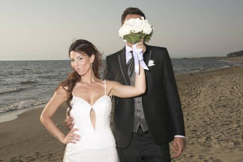 gli sposi si divertono in spiaggia