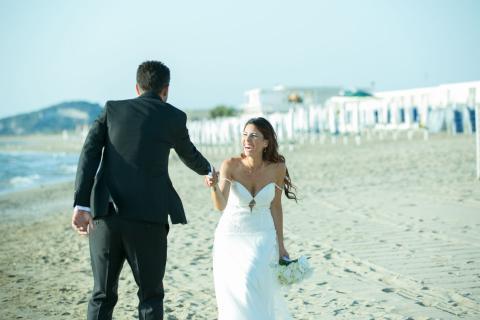raggiante sorriso della sposa sulla spiaggia  foto senza posa