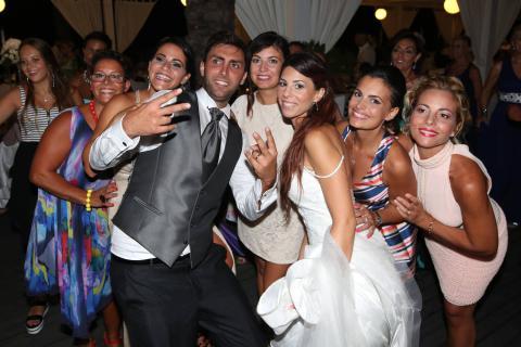 tra brindisi e balli gli sposi vengono fotografati in stile reportage