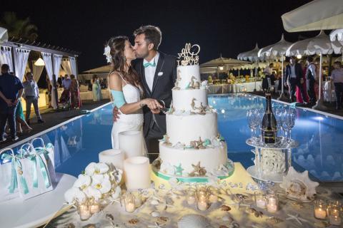 taglio torta degli sposi a bordo piscina